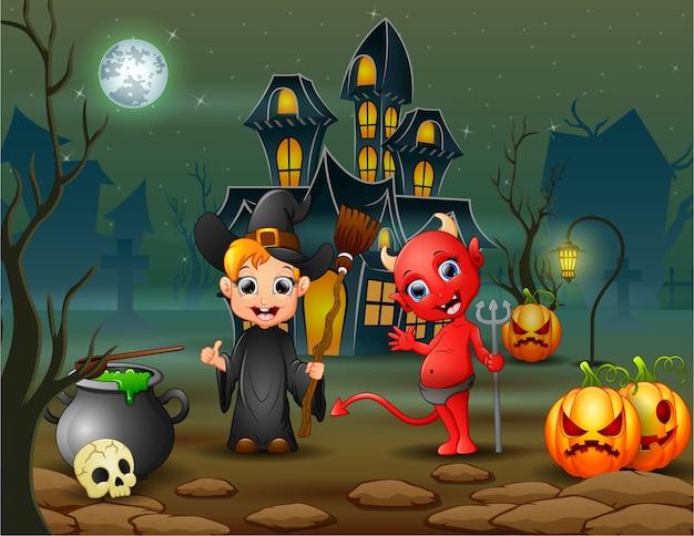 Glückliche halloween-hexe und roter teufel vor dem haus