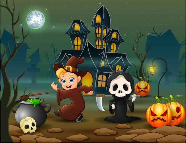 Glückliche halloween-hexe und sensenmann vor dem haus