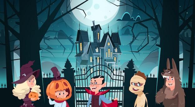 Glückliche halloween-illustration mit den netten karikatur-monstern, die zum dunklen schloss mit geistern gehen