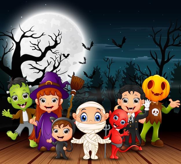 Glückliche halloween-kinder, die kostüm in der nacht tragen