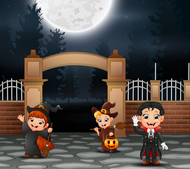 Glückliche halloween-party mit gruppe kindern im unterschiedlichen kostüm