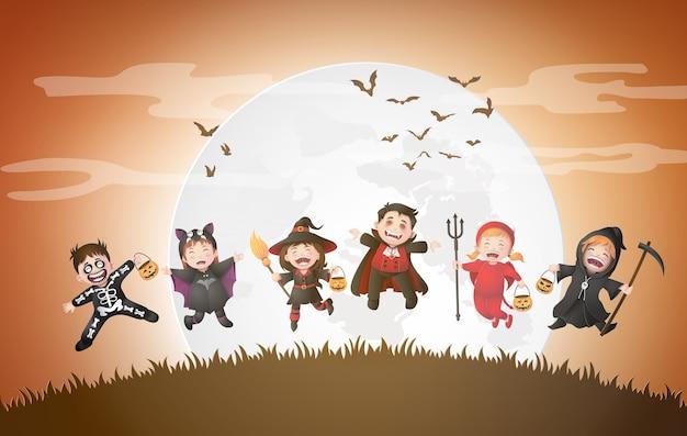 Glückliche halloween-party mit gruppenkindern in halloween-kostümen.