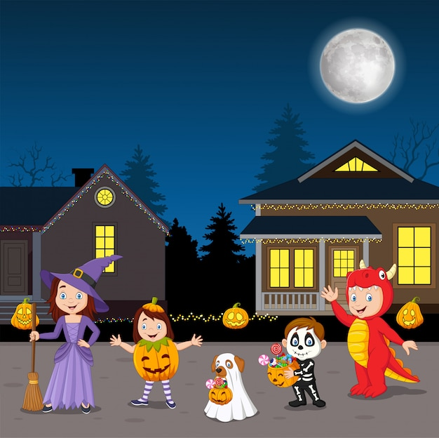 Glückliche halloween-partykinder, die kostüme tragen