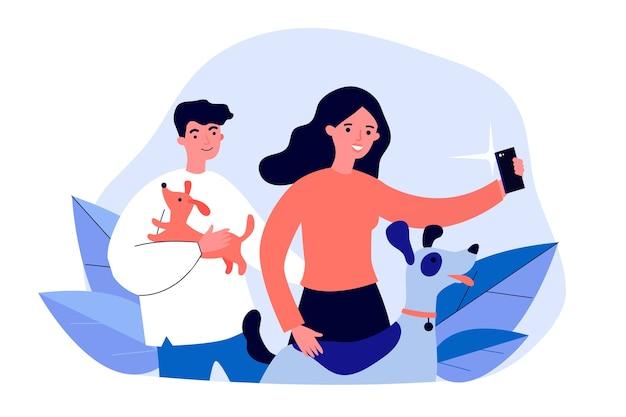 Glückliche hundeliebhaber, die selfie nehmen. männer und frau, die haustiere in den armen halten und für telefonkameraillustration aufwerfen. tierpflege, fotokonzept für banner, website oder landing-webseite
