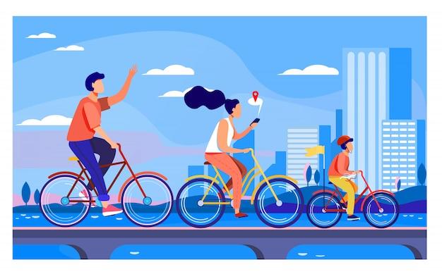 Glückliche junge familie, die auf fahrrädern im park reitet