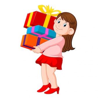 Glückliche junge frau, die stapel von geschenken hält