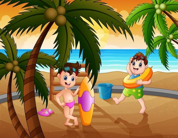 Glückliche jungen, die am strand spielen