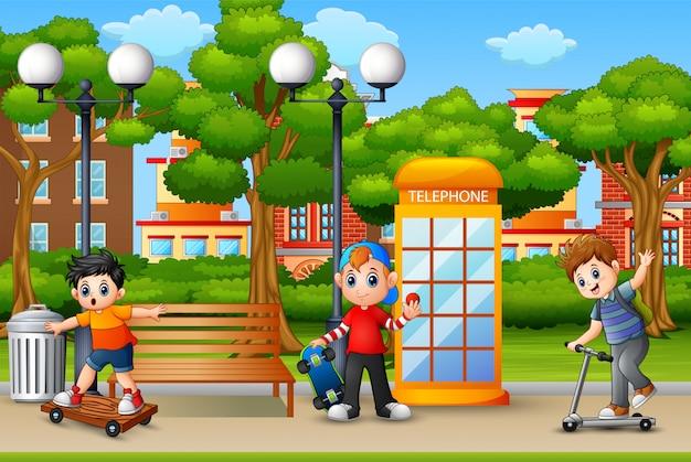 Glückliche jungen, die auf dem stadtpark spielen