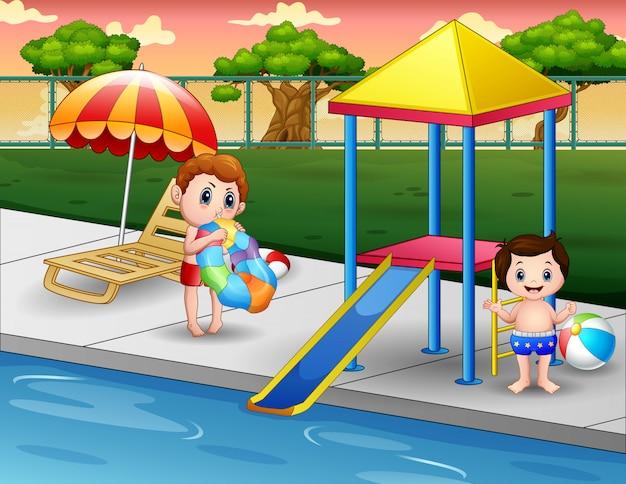 Glückliche jungen, die in einem außenschwimmbad spielen
