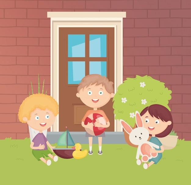 Glückliche jungs mit vielen spielsachen im hinterhof