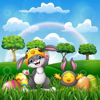 Glückliche kaninchen- und hühnerkarikatur im kostüm mit osterei