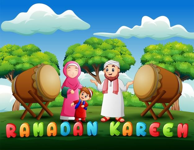 Glückliche karikaturfamilie feiern eid mubarak