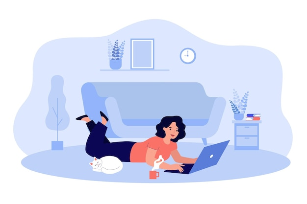 Glückliche karikaturfrau, die chat, arbeiten, surfen im internet zu hause flache illustration