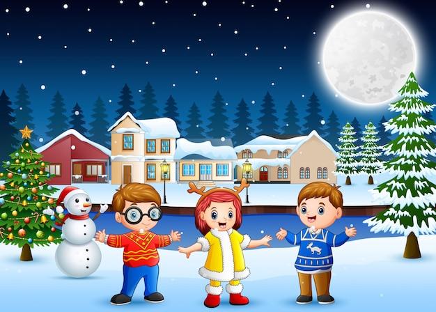 Glückliche kinder am weihnachtstag