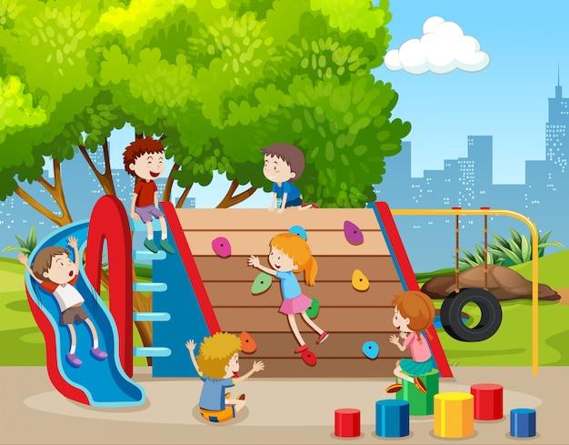 Glückliche kinder auf dem spielplatz