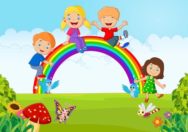 Glückliche kinder der karikatur, die auf regenbogen auf dem wald sitzen