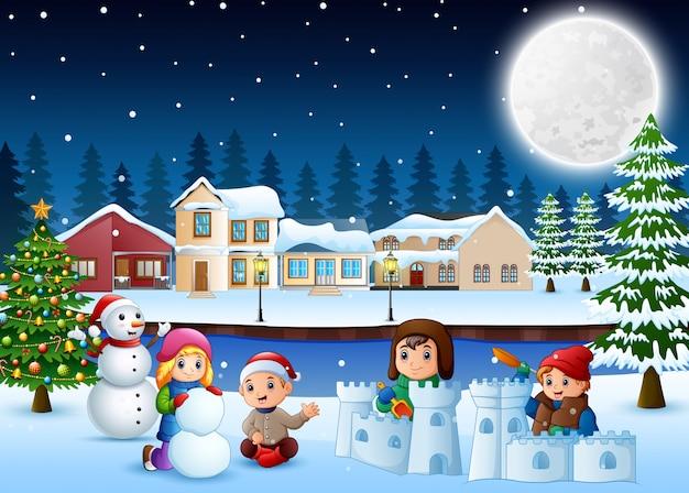 Glückliche kinder der karikatur, die einen schnee in der winterzeit spielen und machen