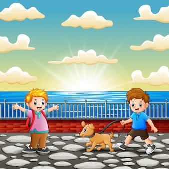 Glückliche kinder, die am seehafen spielen