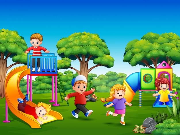 Glückliche kinder, die auf dem spielplatz spielen