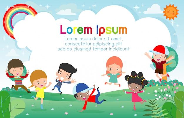 Glückliche kinder, die auf den park, kinderaktivitäten, kinderspielen springen und tanzen