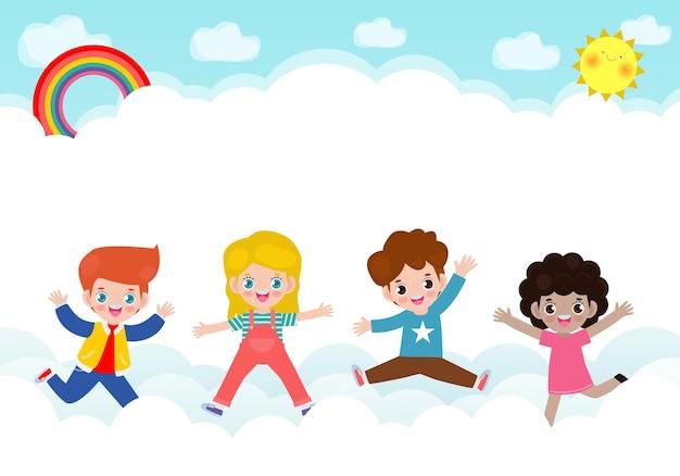Glückliche kinder, die auf der wolke auf blauem himmel mit regenbogen springen