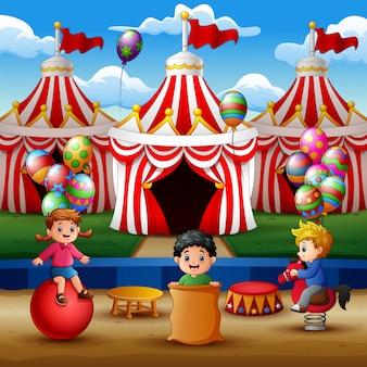 Glückliche kinder, die auf der zirkusarena spielen