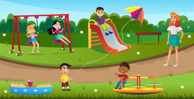 Glückliche kinder, die auf spielplatz im park spielen.