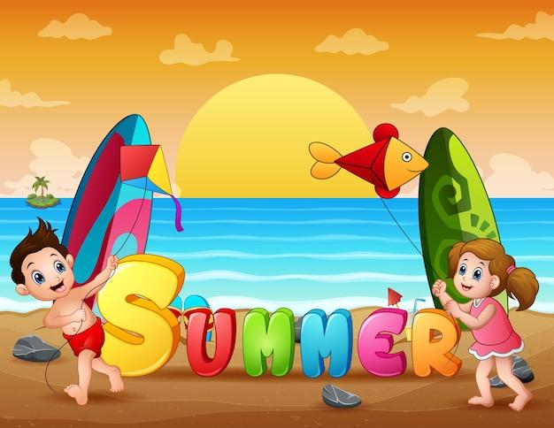 Glückliche kinder, die drachen am sommerstrand spielen