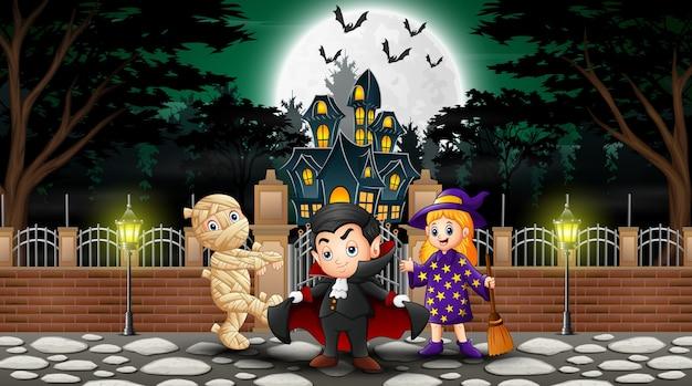 Glückliche kinder, die draußen halloween-kostüm tragen