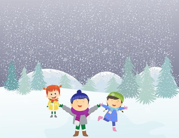 Glückliche kinder, die draußen im winter spielen