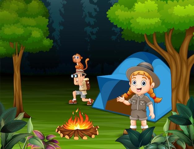 Glückliche kinder, die draußen in einem wald kampieren