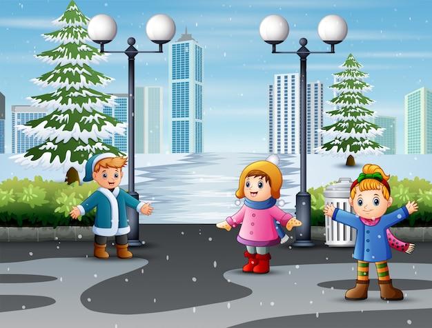Glückliche kinder, die freunde im natürlichen schneebedeckten park treffen