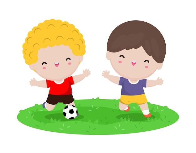 Glückliche kinder, die fußball im park spielen