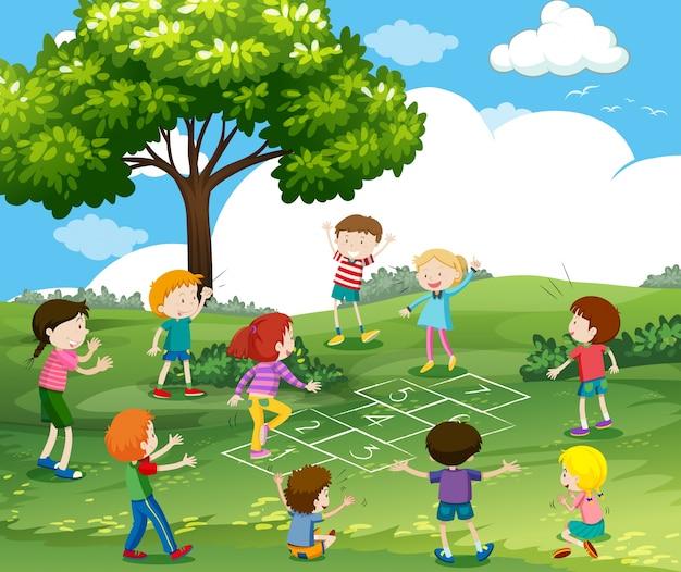 Glückliche kinder, die hopse im park spielen