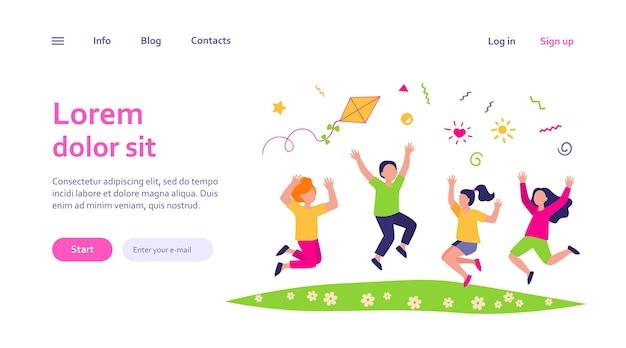 Glückliche kinder, die im sommerpark-webschablone spielen. karikatur niedliche jungen und mädchen springen mit drachen auf wiese
