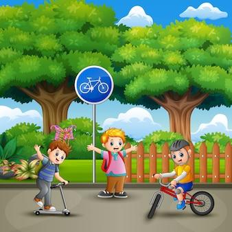 Glückliche kinder, die im stadtpark spielen