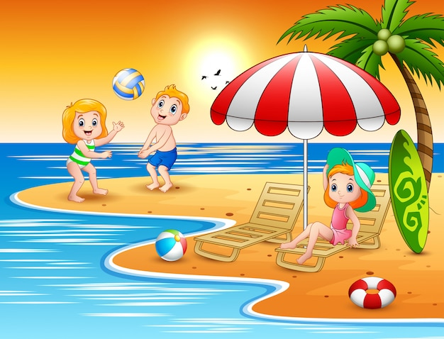 Glückliche kinder, die im strand spielen