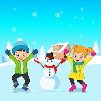Glückliche kinder, die im winter draußen spielen