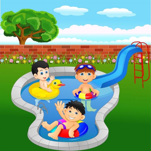 Glückliche kinder, die in einem außenpool spielen
