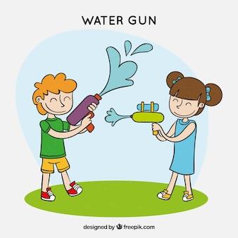 Glückliche kinder, die mit wassergewehren spielen