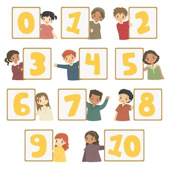 Glückliche kinder, die nummerntafeln halten, setzen.