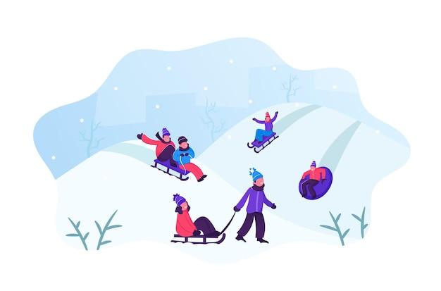 Glückliche kinder, die spaß haben rodeln auf schläuchen und schlitten bergab während des winters. karikatur flache illustration