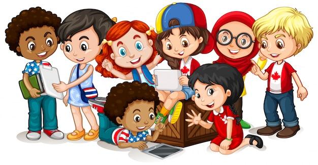 Glückliche kinder, die tablette zusammen betrachten