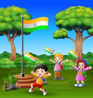 Glückliche kinder, die vom indischen tag der republik auf der natur feiern