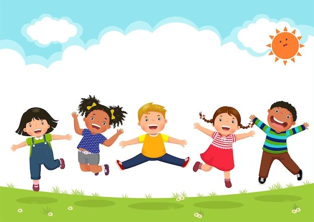 Glückliche kinder, die während eines sonnigen tages zusammen springen