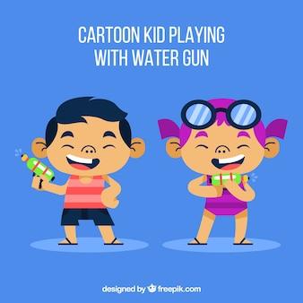 Glückliche kinder, die wasserwerfer spielen