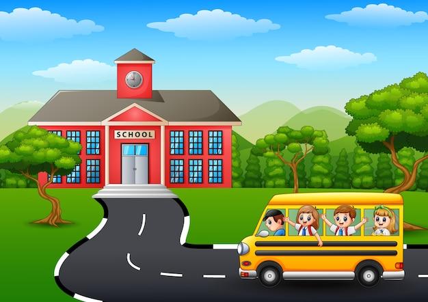 Glückliche kinder, die zur schule mit schulbus gehen