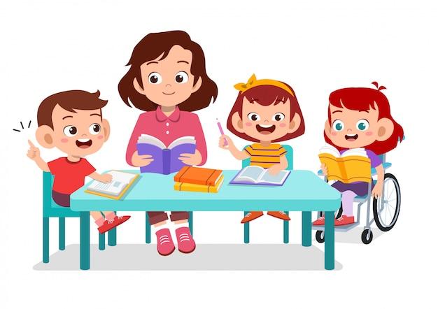Glückliche kinder, die zusammen mit ihrem lehrer studieren