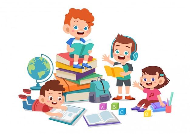 Glückliche kinder, die zusammen studieren