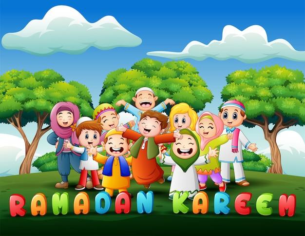 Glückliche kinder feiern für eid mubarak im park